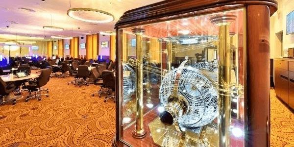 Holland Casino bezoekt verzorgingstehuizen in Breda